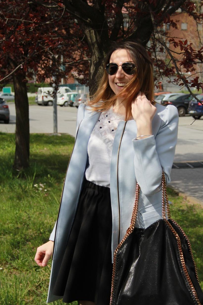 Spring outfit inspiration: cappottino azzurro e calze a cuori