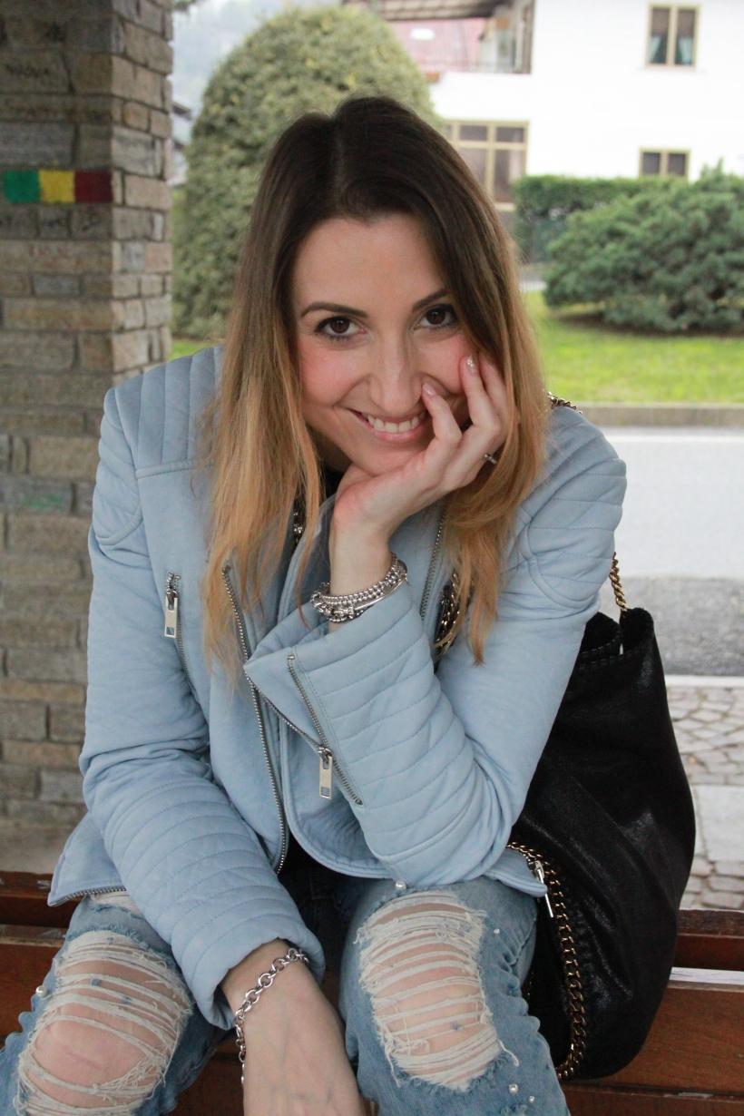 Outfit primavera 2016: Outfit Jeans Strappati con perle e giacca azzurra di Zara